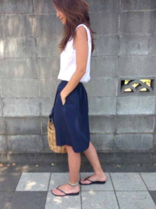 シンプルなデザインのネイビースカート。白タンクと合わせると、とってもさわやかにまとまって春夏にピッタリのコーデになりますね!かごバッグも春コーデのポイントです☆
