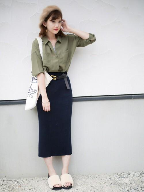 相性のいいシャツと合わせてシンプルに。ラフに巻いた腰元のベルトがスカートのアクセントになっているのでシンプルなリブスカートでも地味になりすぎません。