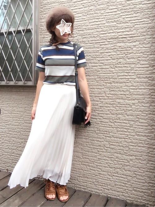 どんな色にもどんな柄にも合わせやすいホワイトのプリーツスカート。今日はちょっと派手すぎ?と思ったら1度合わせてみてもいいですね♪