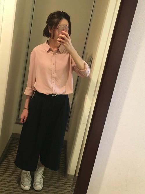 シャツをブラウジングすれば、お腹周りを隠してくれるので、大人女子が気にする体型カバーにも効果的♪パンツはブラックできりっとカッコよくまとめています。