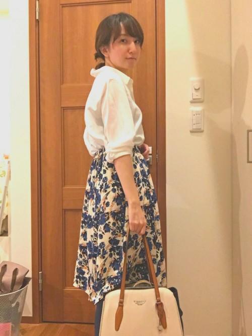花柄スカートを合わせると清楚な着こなしになりますね!バッグもホワイト×ブルーのものを使って統一感のある着こなしを作りましょう♪