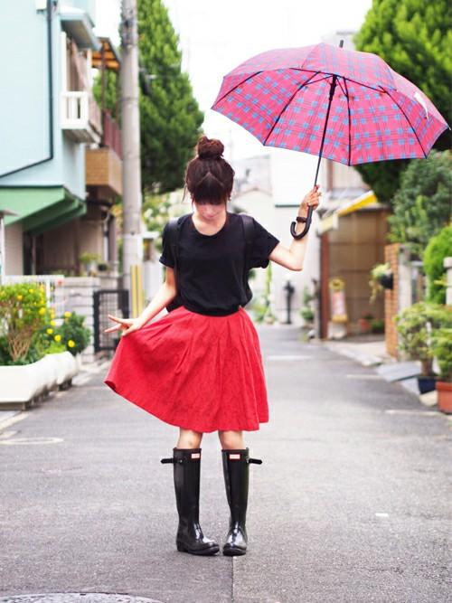 レインブーツを履けば、いつもよりも短い丈のスカートでも恥ずかしくないですね。赤いスカートが明るくてかわいいですね。