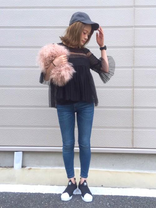 細さや丈が綺麗なシルエットのスキニージーンズ!黒のシフォンブラウスとファーのバッグでロマンチックに♪