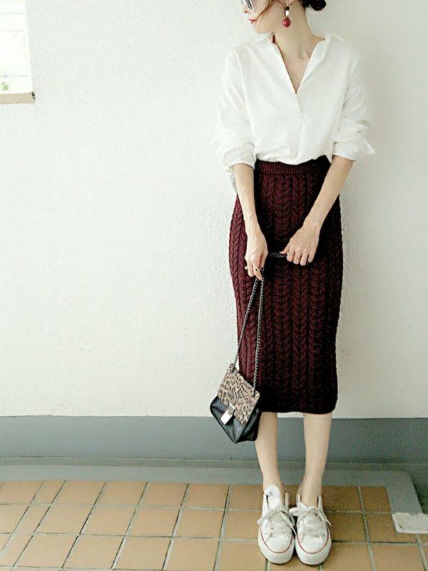ロングカフスのクラシックな白シャツとタイトスカートのコーディネートで、レトロ調な仕上がりが印象的なコーディネートです。イヤリングやスニーカーのスタイリングでシンプルコーディネートのおしゃれ度をアップしています。