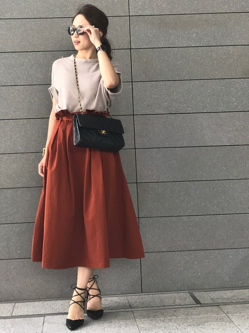 明るすぎないオレンジのスカートは大人女子には欠かせない1品ですね。フレアなスカートにウエストがフリルで女子度UP!