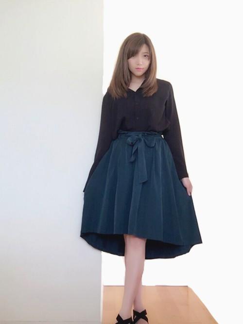 ブラックシャツにフレアスカートを合わせてレディな着こなしを♡テールカットになったスカートなら他の子に差を付けられますね!深いモスグリーンが大人っぽくまとめてくれます。