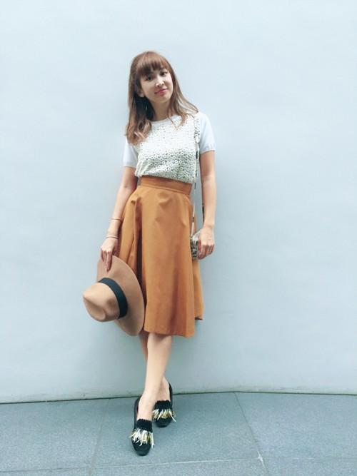 春にピッタリのイエローのフレアスカート。白トップスと合わせれば、スカートのイエローがより引き立ちますね☆フレアスカートとガーリーなトップスの組み合わせがとってもかわいいです♡