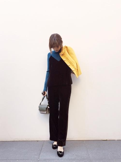 ママタレントやモデルとして活躍している紗栄子さんにコーデは、大人カジュアルなコーデが多いです。こちらは、黒に近いブラウンのセットアップを使ったコーディネート。ブルーのトップスとイエローのジャケットを合わせているので、春らしくまとまっていますね♪春カラーを2色同時に使っているのが、おしゃれポイントですね☆