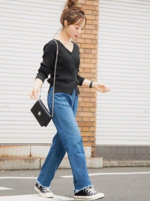 今年流行のVネックカーデ。ミニマム・レディの場合、大きめなサイズをそのまま着てしまうと胴長に見えがちになるので気をつけて。自分の身体に合うジャストサイズ、もしくは少し小さめサイズを選ぶのがおすすめ!前ボタンを全て留めると、女性らしいなめらかな曲線ラインが際立ちます。首元に小ぶりなネックレスをプラスしても良いですし、いつものデニムとコンバースでカジュアルダウンするのもおすすめ!