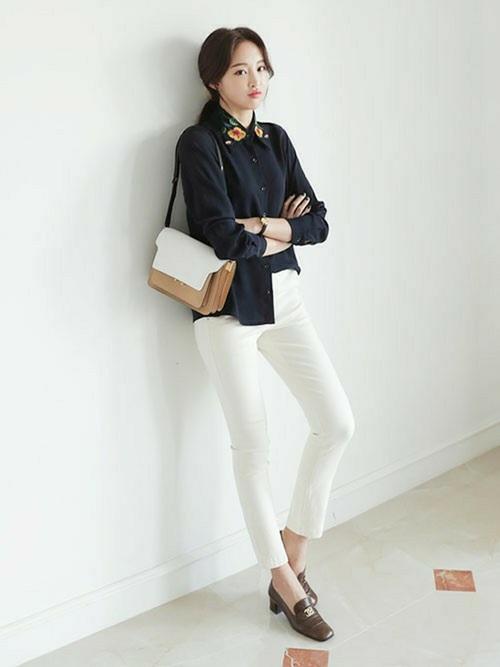 清潔感のある真っ白なスキニーパンツと、襟のデザインがおしゃれなシャツできれいにまとめたコーデです。白と黒どちらも入ったショルダーバッグなら、コーデに統一感と華やかさが出ますね☆