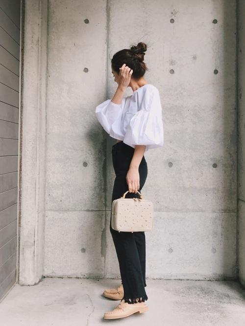 モデルさんやタレントさんだけでなく、服を作るデザイナーさんももちろんおしゃれでしょう♪デザイナーさんの伊地知朋子さんは、シンプルなコーデが多いので、毎日チェックするととっても参考になりますよ♪こちらのコーデは、白黒のモノトーンコーデですが、アイテムそれぞれのデザインに特徴があるのでとってもおしゃれですね♡