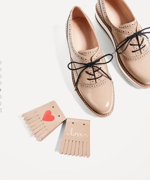 ザラのシューズ。キュートなおじ靴。パンツにもスカートにも合わせやすいシューズです。足元からオシャレになるので、洗練された雰囲気が楽しめます。ザラのシューズは、毎回オシャレなものが多いので要チェック!!