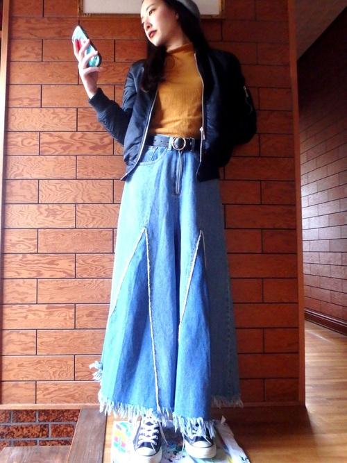 個性的なデザインのワイドジーンズにはシンプルでカッコイイアイテムを合わせましょう♪ジーンズが引き立ちますね!