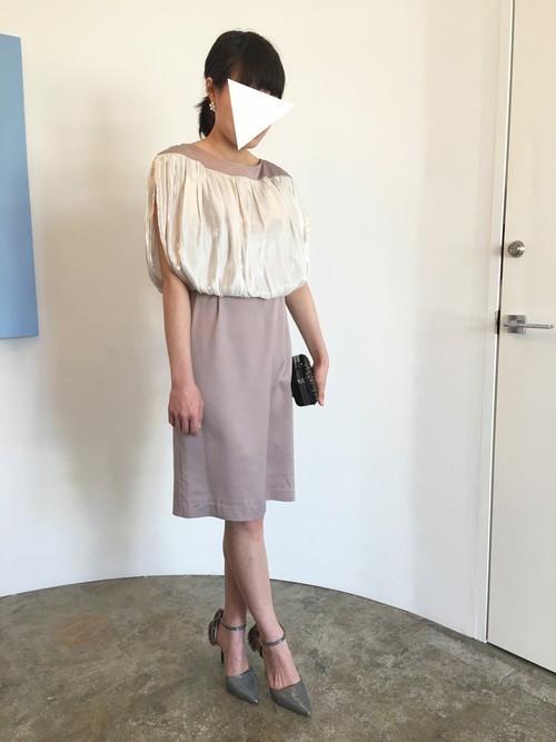 トップス部分のバルーンが腕を華奢に見せてくれるワンピースです。すっきりとしたコクーンスカートがメリハリのあるシルエットになっています。