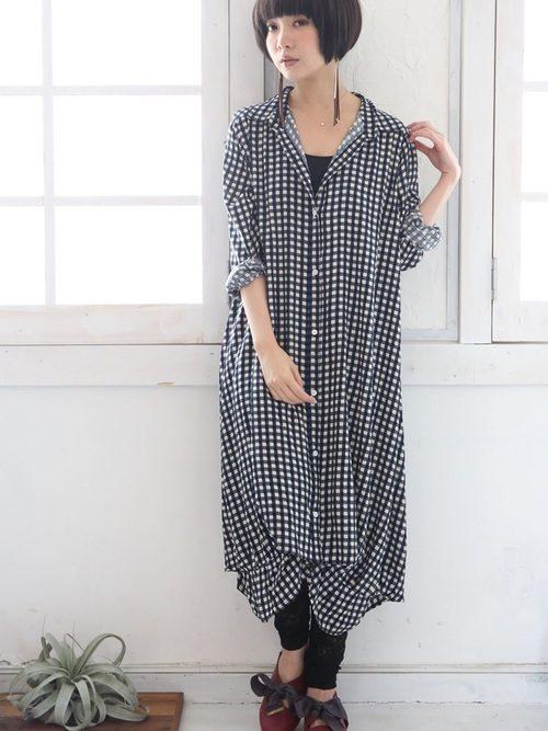華奢なボディをすっぽり包み込む白×黒チェックの裾バルーンワンピ。ギンガムチェックは大人カジュアルのマストバイアイテム。少し遊び心のあるバルーンワンピも襟付でモノトーンの色を選べば、可愛くなりすぎずに着る事が出来ます。