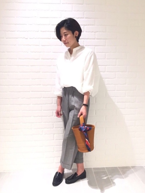 フランスのマリンウエアブランド、LE GLAZIK(ル グラジック)のバンドカラーシャツ。グレーのプレスパンツを合わせてお仕事スタイル風に。バッグに巻いたスカーフがアクセントになってますね。