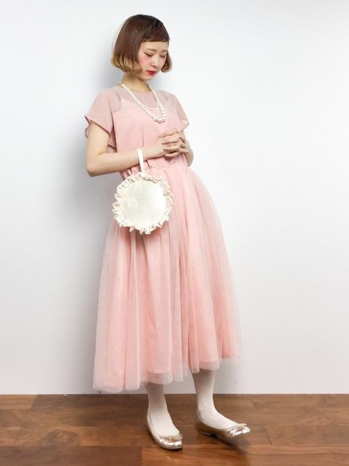 ピンクのチュールスカートが可愛らしいワンピースです。ひざ下の長めの丈がロマンチックさを演出してくれています。ピンクはやっぱりゴールド小物が相性抜群です。