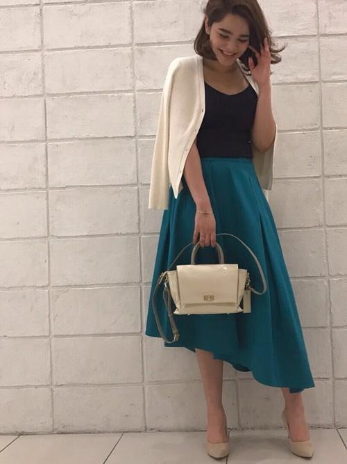 きれいなブルーのアシンメトリースカート。サテンコットンの素材がより女性らしさを引き出します。