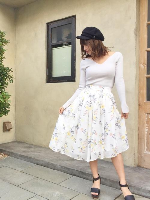 さわやかで春っぽい花柄のスカート♪トップスも淡い色合いで優しい印象のコーデ。マリンキャスケットを合わせることで、ほんのりカジュアルダウンになりますね◎