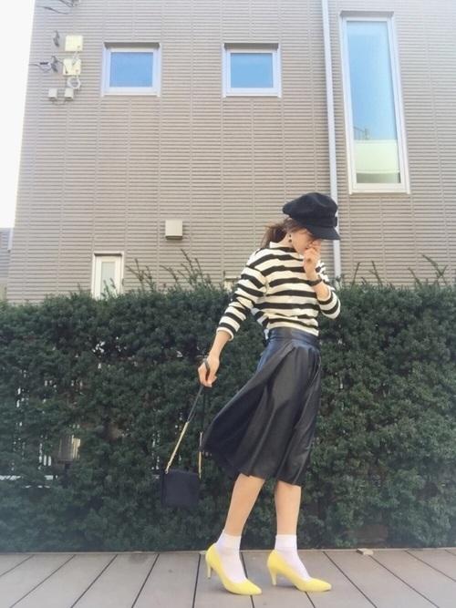 ボーダーTシャツと黒のスカートで、きれいめカジュアルコーデに!足元には黄色のパンプスをつかい上級者コーデ!