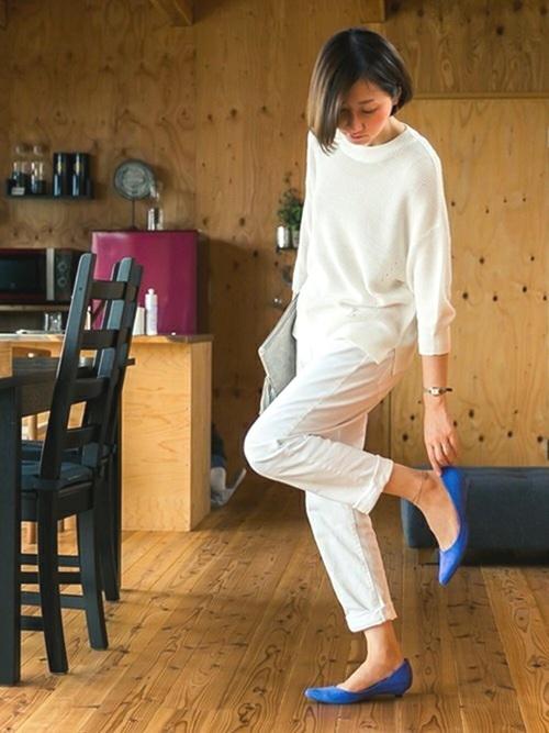 オールホワイトのシンプルコーデは靴やバッグにアクセントカラーを合わせて遊びたい♪春らしい優しいカラーも、丸いシルエットだと、柔らかで可愛らしい印象になり、ポインテッドトゥだと、シンプルで爽やかな印象になります。