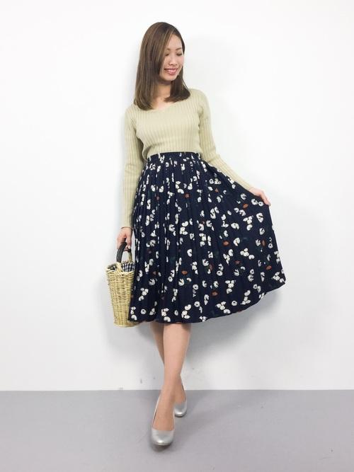 トップスはタイトめのものをスカートにインして、細かい柄のスカートが全体を明るく可愛らしい女性のコーディネートにしてくれます。