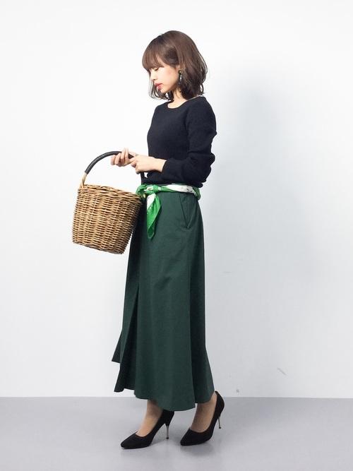 ネイビー×モスグリーンのシックな色合わせに、鮮やかなグリーンのスカーフをベルトにしてアクセントに。知的でどこかレトロな雰囲気。