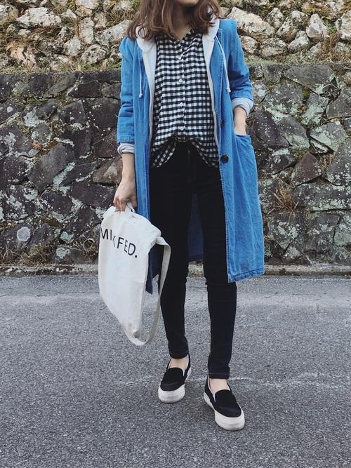 ギンガムチェックのシャツが無印良品のアイテムです!カジュアルなアイテムですが、黒パンツと合わせればギュッと引き締まって大人カジュアルに着こなせますね!デニムトレンチを羽織れば、春にピッタリのコーデに♪
