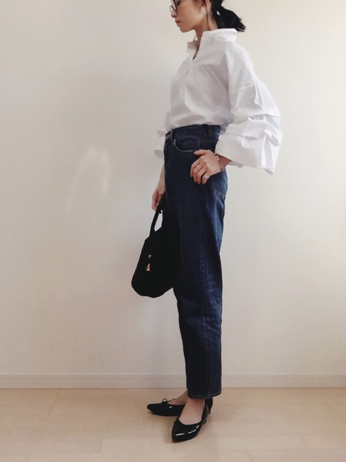 袖にボリュームのあるZARAのシャツはデニムに合わせてシンプルなコーディネートに。ポインテッドトゥのフラットシューズでベーシックコーデも旬顔に変化!