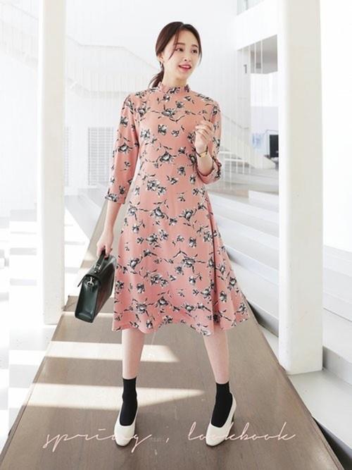 フリルネックがかわいいピンクの花柄ワンピ。フリル・ピンク・花柄のガーリー要素が3つも入ったワンピースでも、黒アイテムを取り入れれば、ぐっと引き締まって大人っぽく着こなせます◎