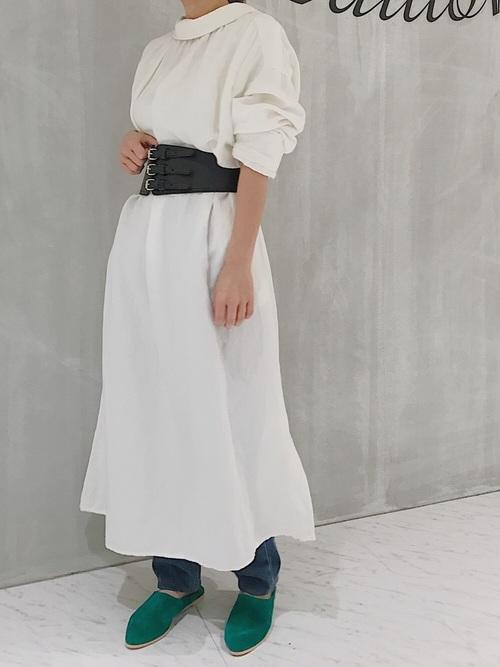 シンプルなシャツワンピースに巻いたコーデです。白の可愛らしいワンピースにレザー素材のコルセットがピリッとしたスパイスを与えてくれます。