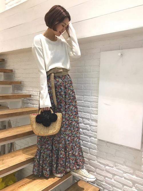 マキシ丈のスカート+スニーカーの、こなれ感のある今年らしいコーディネート。白いコンバースを選ぶことで、女性らしい雰囲気で着こなすことが出来ますね。
