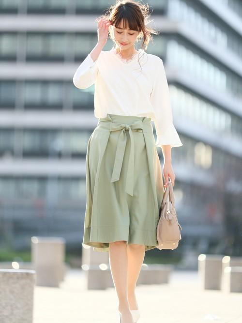 ホワイトのフレア袖カットソートップスにはウエストリボンのスカートをチョイス。トレンドのボタニカルカラー・グリーンでさわやかフェミニンスタイルを作ろう♪