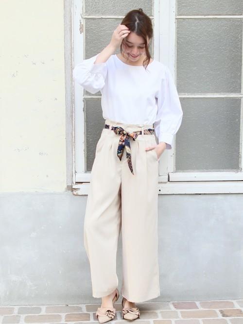 袖ボリュームブラウスはライトなカラーのワイドパンツと合わせてシンプルコーディネートを味わって。スカーフのベルトでアクセントをつければ大人っぽくまとまります。