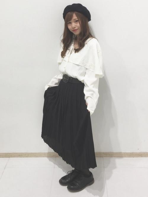 こちらも万能の黒!今日はシックにいきたいな♪という日は黒のプリーツスカートで。黒は何色にも合うから使いやすい!