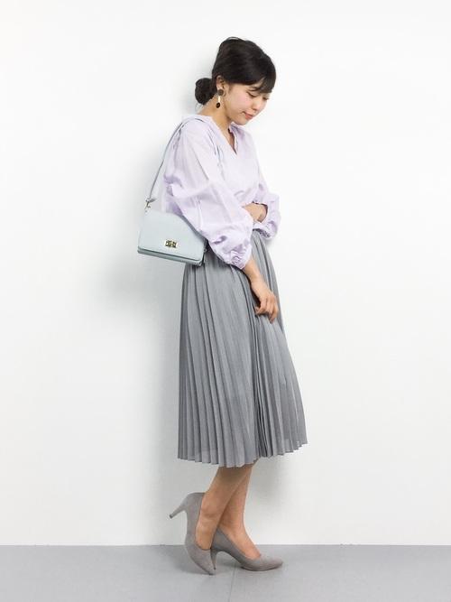 最後はオフィシャルな通勤スタイルのプリーツスカートコーデです。ミモレ丈のプリーツスカートは清楚なイメージでパンプスと合わせればスマートなオフィス・スタイルができ上がります。ビジネスのシーンで好印象を与えるコーデが◎です!