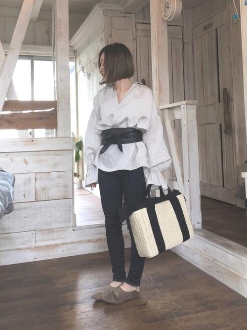 ベージュならニュアンスのある大人の雰囲気の着こなしに。黒のサッシュベルトでコーデにアクセントを。