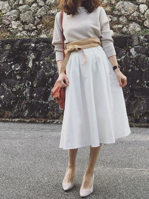ホワイトにヌードカラーを合わせた、きれいめコーデ。甘すぎない、落ち着きのある大人の女性という感じですね。