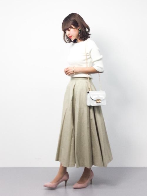 こちらも白×ベージュの組み合わせですが、スカートスタイルなので白のショルダーバッグと淡いピンクのパンプスで大人かわいいコーデに仕上げていますね!ふわっとした優しい印象のコーディネートになっています!