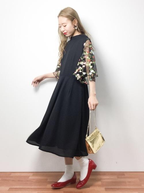 透け感のある花柄刺繡になったフレアスリーブが印象的なワンピースです。ゴールドバッグと赤いシューズがこなれ感がありおしゃれ♪カジュアルなパーティーにおすすめのスタイリングです。