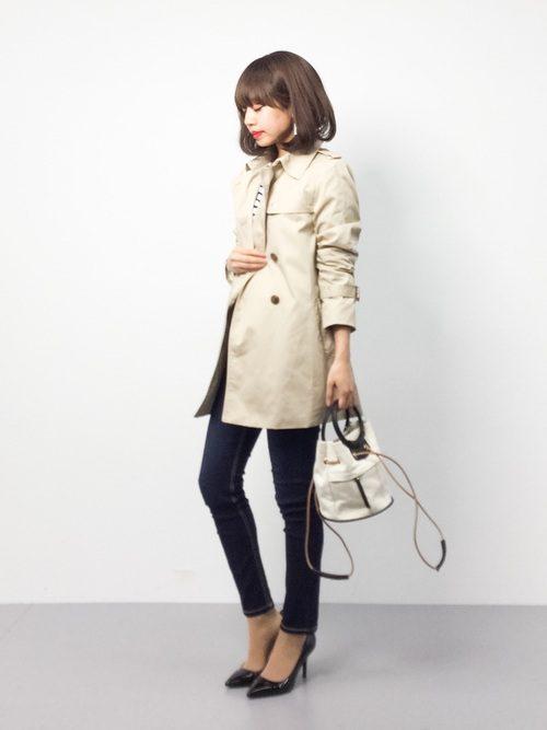 春らしい、トレンチコートとデニムのスタイリングにぴったりなアクセサリーバッグです。また、軽快に持ち運びができるちょうど良いサイズ感と2WAYタイプというのも魅力の一つです。