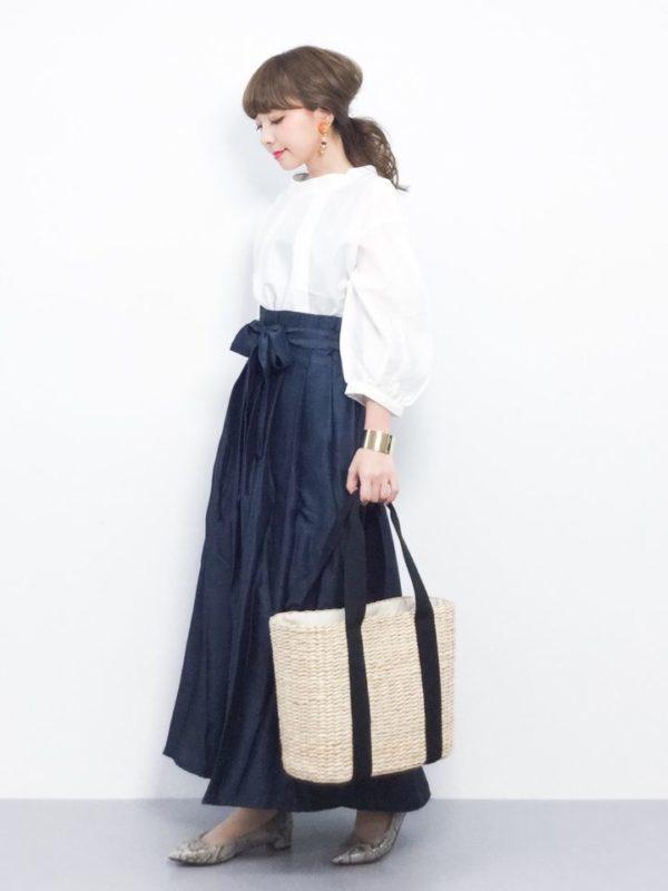 ボリュームスリーブデザインのブラウスとマキシ丈のスカートでクラシックなコーディネート。クラシックになりすぎないよう、靴やバッグ、アクセサリーのチョイスがとても重要なスタイリングです。