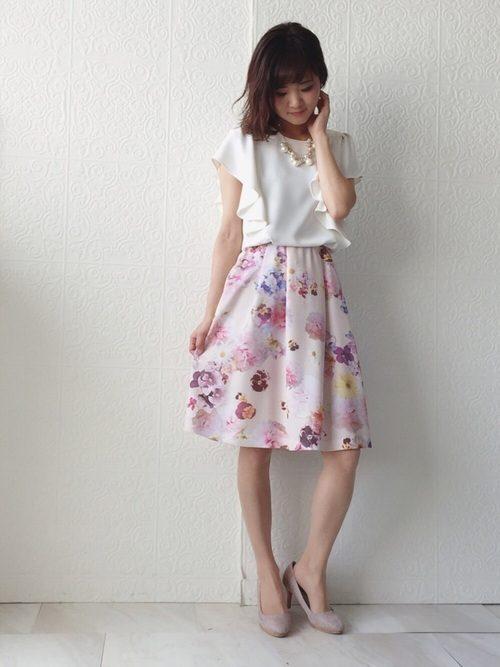 ピンクは全体的に淡い色なので、デートのときに白のフリルブラウスと合わせてフェミニンな感じで着るのがおすすめ。