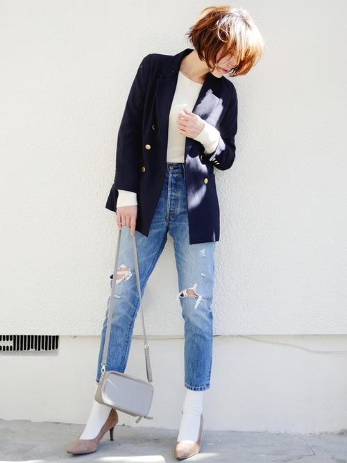 ネイビーのテーラードジャケットは、黒よりも柔らかくコーデを引き締めてくれます◎グレーのバッグやピンクベージュのパンプスと合わせると、より柔らかさがプラスされますね!