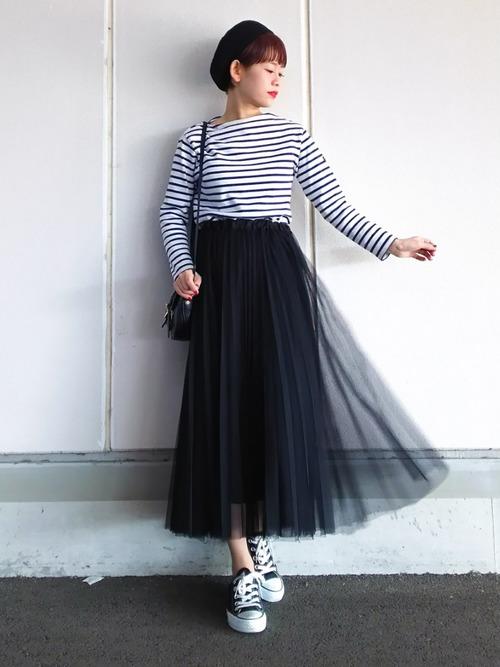 こちらも同じプリーツスカートを使用したコーディネートですがトップをボーダー Tシャツにしてマリン風にアレンジしたスタイリングです。あえてチュール素材のプリーツスカートをコーデすることでクオリティーの高いマリーンスタイルを完成させています。