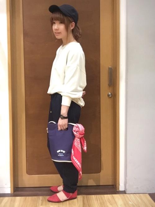 ホワイトのスウェットとストライプのジョグパンツのコーデです。パンプスと鞄に巻いたバンダナで赤を取り入れてアクセントに。シンプルコーデにこそ差し色が映えますね♪