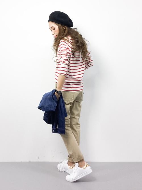 カジュアルでシンプルなコーディネートにゴールドのスタンスミスがポイントに♡後姿がかっこよく決まる技ありコーディネートです☆パンツの裾をロールアップして、スタンスミスを見せるのがこなれポイントです☆