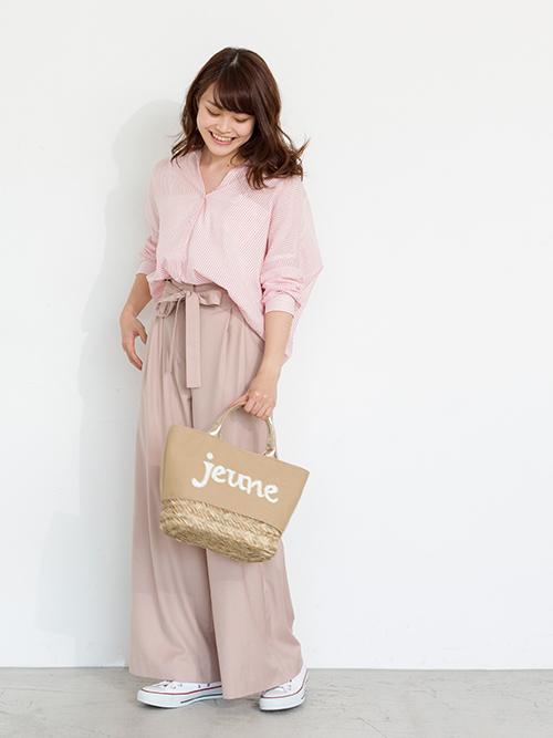 ピンクシャツにピンクのタックワイドパンツを合わせたワントーンコーディネート。オトナガーリーなかごバッグとホワイトスニーカーで着崩してカジュアルな要素もキープ!