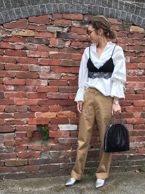 こちらはキャミとのコーデ。シンプルなシャツコーデにセクシーさをプラス。