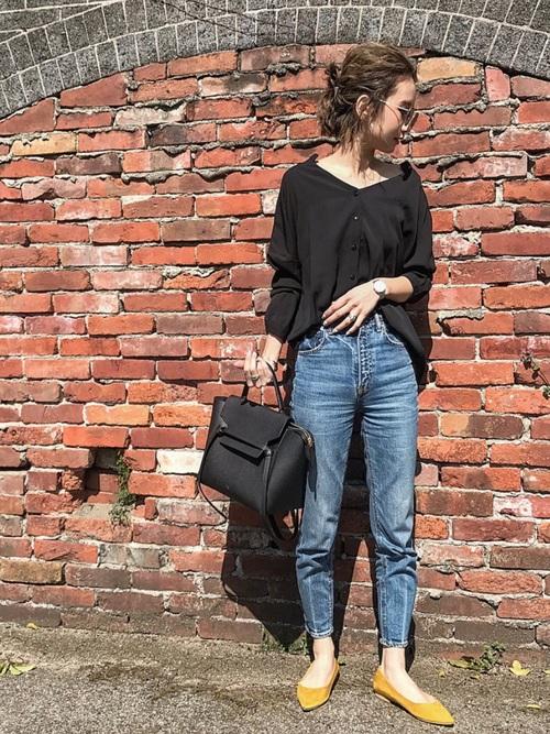 ヘルシーな肌見せができるスキッパーシャツなら、黒でも重くならずに着こなせます。